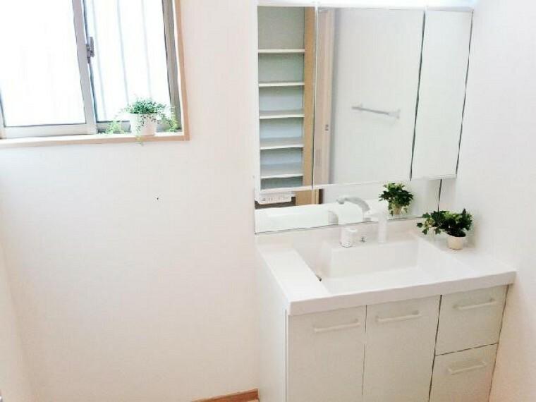 A号棟:洗面(同仕様施工例)・・・三面鏡裏は収納出来ますので、細かなコスメ類などしまえ、可動棚の物入れもありますのでタオルや着替え、洗剤やシャンプーなどスッキリ収納出来ます。