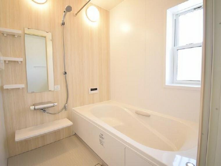 A号棟:浴室(同仕様施工例)・・・1坪タイプの浴槽は一日の疲れをゆったり癒してくれそうです。浴室換気乾燥暖房機付きなので梅雨の時期の浴室の湿気を取ったり、洗濯物も乾いちゃいます!