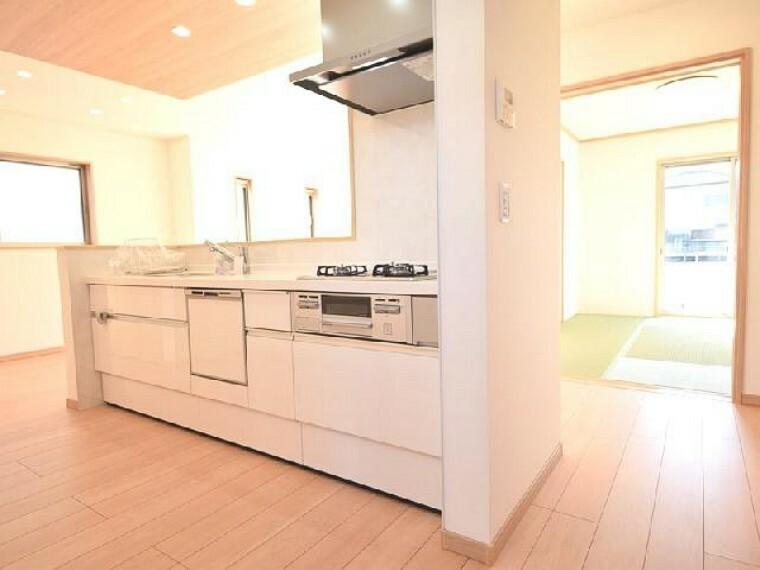 A号棟:キッチン(同仕様施工例)・・・収納量豊富なシステムキッチンはリビングで遊ぶお子様の様子を見たり家族と楽しみながらお料理が作れます。
