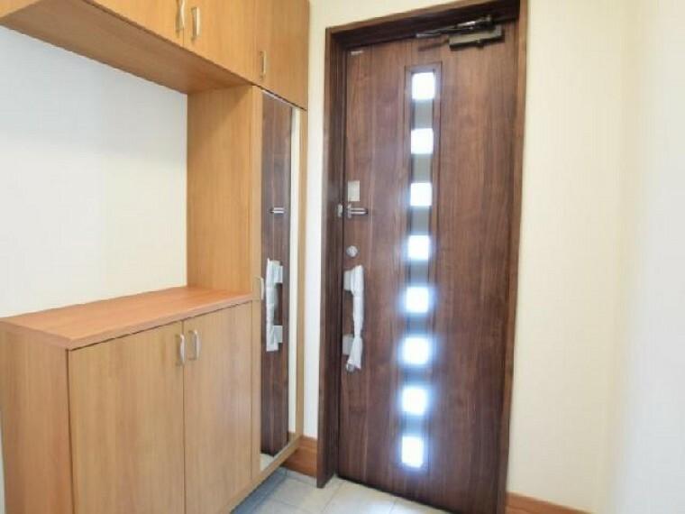 B号棟:玄関(同仕様施工例)・・・土間収納のある玄関は、帰って来た際の荷物などそのまま収納出来ます。ホールには収納もありますので、上着などもすぐに片付けられます。