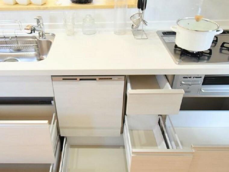 B号棟:キッチン(同仕様施工例)・・・対面式のシステムキッチンは、家族の様子を見ながらお料理も出来ます!食洗機付きなので家事の時短にもなります。