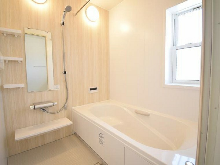 B号棟:浴室(同仕様施工例)・・・1坪タイプの浴槽は一日の疲れをゆったり癒してくれそうです。浴室換気乾燥暖房機付きなので梅雨の時期の浴室の湿気を取ったり、洗濯物も乾いちゃいます!