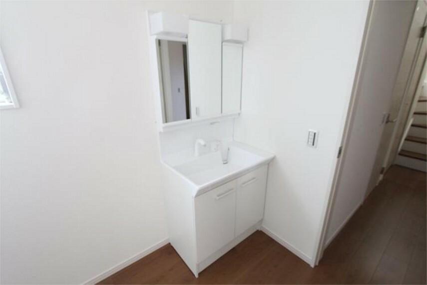 洗面化粧台 洗面化粧台は使い勝手の良い3面鏡タイプ!毎日使う場所だからこそ、快適な空間となっております。