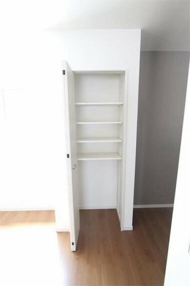 収納 キッチン横の収納、パントリーとして使えます。