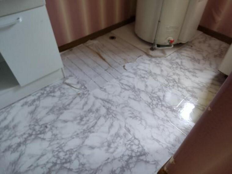 洗面化粧台 [リフォーム前_洗面脱衣室]洗面脱衣室の床は水に強いクッションフロアーに張り替え、壁・天井のクロスも貼替え照明交換をいたします。
