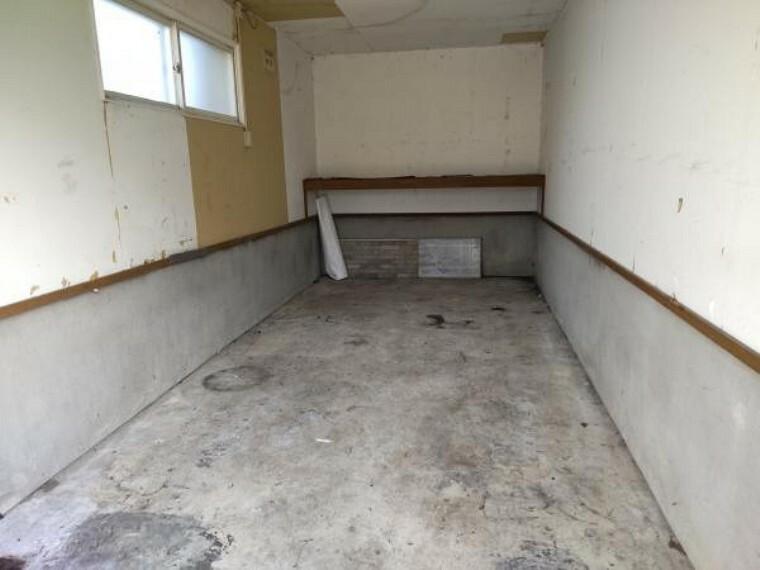 駐車場 [車庫]組み込み車庫の写真になります。高さ2m。間口約2.8m。奥行約5.5m。冬場の除雪がなく済むので、楽ですね。