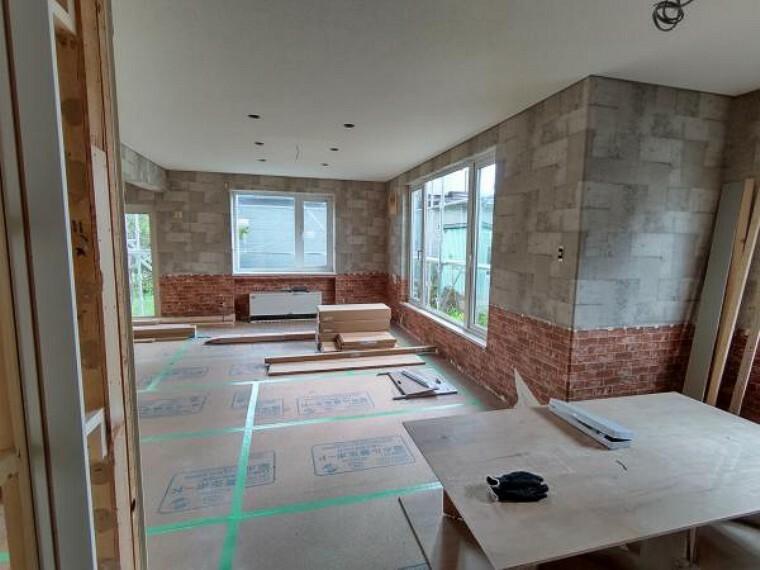 居間・リビング [リフォーム前_リビング]南東側に出窓がある、日当たりの良いリビングになります。家族団欒にぴったりの空間です。クロスの張替えと床の上張り、照明交換を行う予定です。