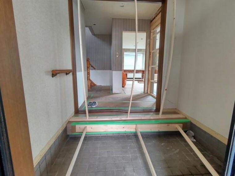玄関 [リフォーム前_玄関ホール]玄関ホールには新しく下駄場を新設いたします。玄関タイルはハウスクリーニングを行い、床は新しく上張りする予定です。