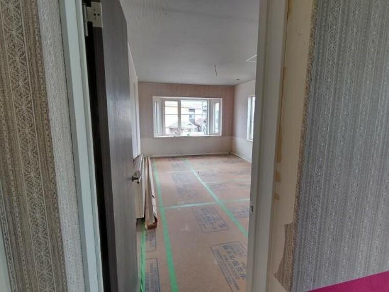 [リフォーム前_洋室]2階約12帖の洋室になります。クローゼットが広く、収納には困らないお部屋です。主寝室にいかがでしょうか。