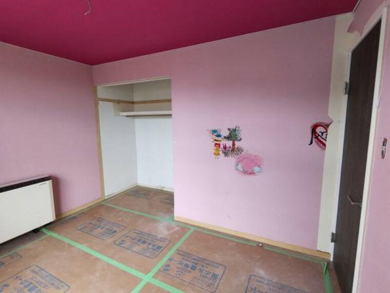 [リフォーム前_2階洋室]2階6帖の洋室です。クロスの張替え、照明交換を行う予定です。日当たりが良好で、冬でも寒さ知らずのお部屋になります。