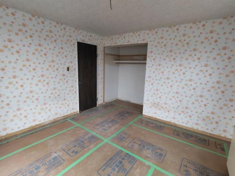 [リフォーム前_洋室]2階約8帖の洋室になります。クローゼットが広く、収納には困らないお部屋です。主寝室にいかがでしょうか。