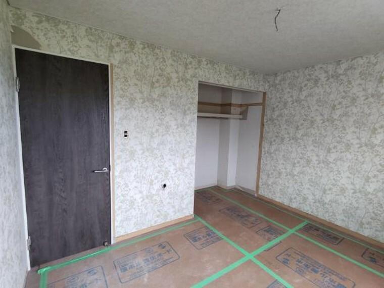[リフォーム前_洋室]2階6帖の洋室になります。クローゼットが広く、収納には困らないお部屋です。主寝室にいかがでしょうか。