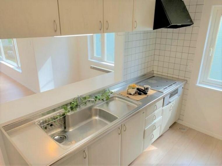 キッチン [キッチン]既存のキッチンになります。コンロの交換を行いました。弊社でハウスクリーニングを行いました。