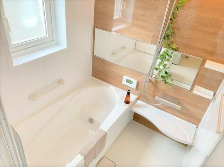 [リフォーム後_ユニットバス]浴室はリクシル製の新品のユニットバスに交換しました。足を伸ばせる1坪サイズの広々とした浴槽で、1日の疲れをゆっくり癒すことができますよ。