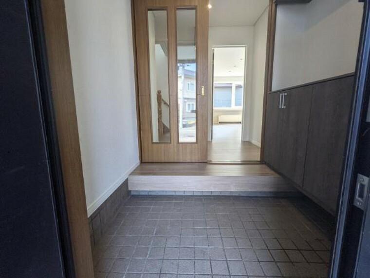 玄関 [リフォーム後_玄関ホール]玄関ホールには新しく下駄場を新設いたしました。玄関タイルはハウスクリーニングを行い、床は新しく上張り致しました。