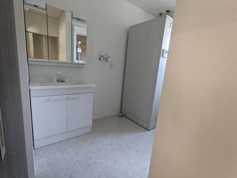 洗面化粧台 [リフォーム後_洗面脱衣室]洗面脱衣室の床は水に強いクッションフロアーに張り替え、壁・天井のクロスも貼替え照明交換をいたしました。