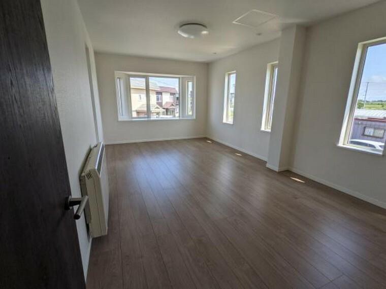 [リフォーム後_洋室]2階約12帖の洋室になります。家具の配置には困らないお部屋です。主寝室にいかがでしょうか。