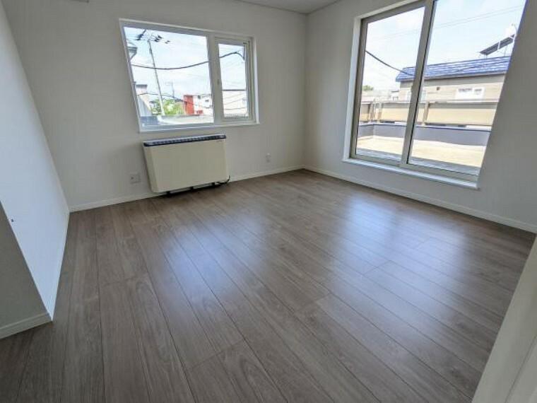 [リフォーム後_洋室]2階約8帖の洋室になります。クローゼットが広く、収納には困らないお部屋です。主寝室にいかがでしょうか。