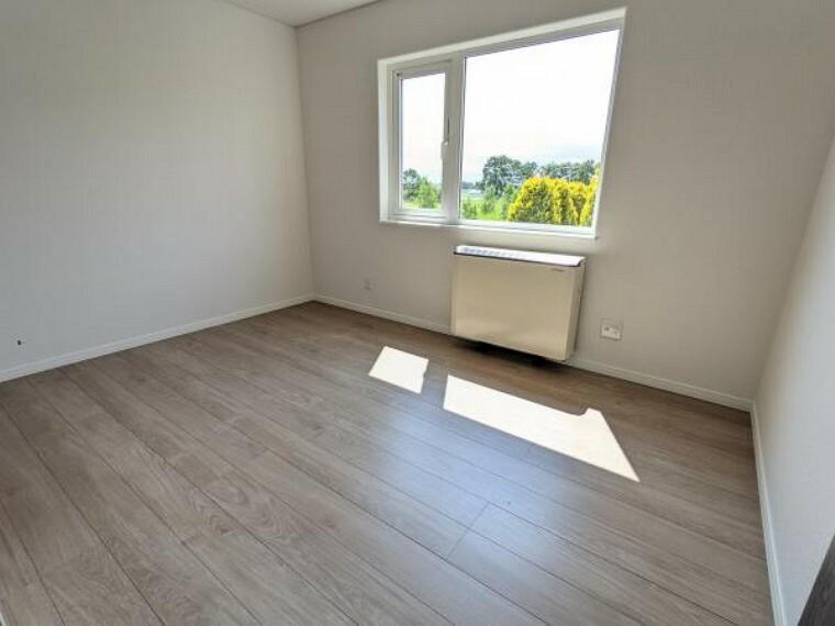 [リフォーム後_洋室]2階6帖の洋室になります。クロス張替、照明交換、床の上貼りをしました。子供部屋にいかがでしょうか
