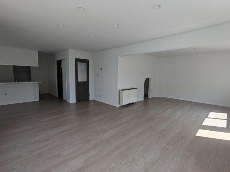 [リフォーム後_1階リビング]和室だった箇所をリビングと広げております。床張り替えとクロス張替えを行いました。