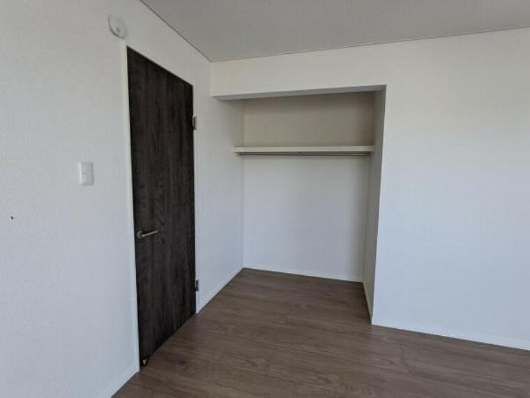 [リフォーム後_2階洋室収納]6帖の部屋の収納です。開口型クローゼットへ変更いたしまた。新しくポールと枕棚を新設いたしました。
