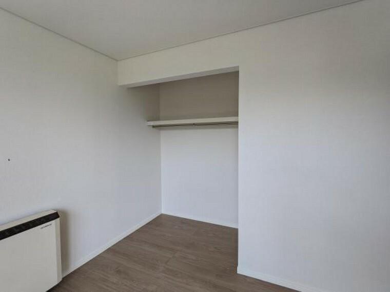 [リフォーム後_2階洋室収納]6帖の部屋の収納です。開口型クローゼットへ変更いたしました。新しくポールと枕棚を新設いたしました。