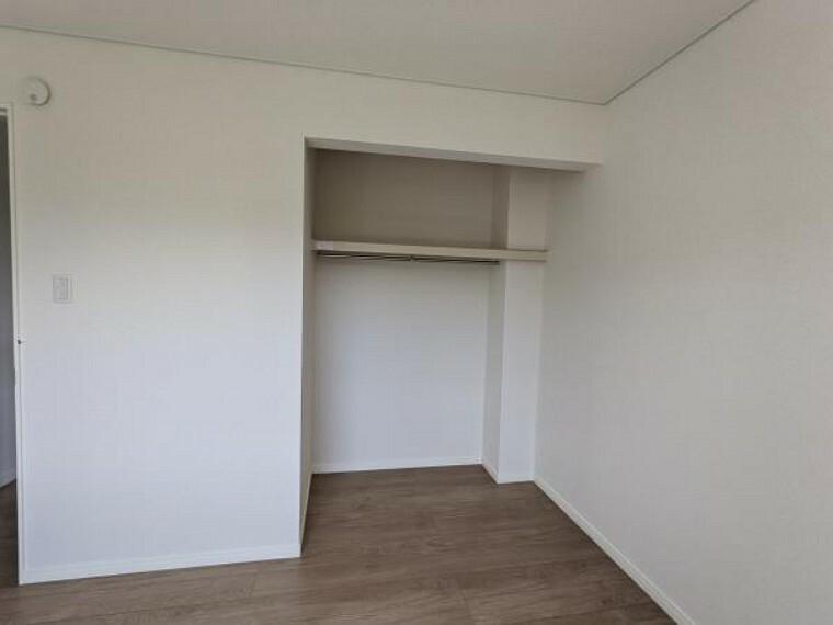 [リフォーム後_2階洋室収納]約8帖の洋室の収納になります。こちらも開口型クローゼットへ変更いたしました。
