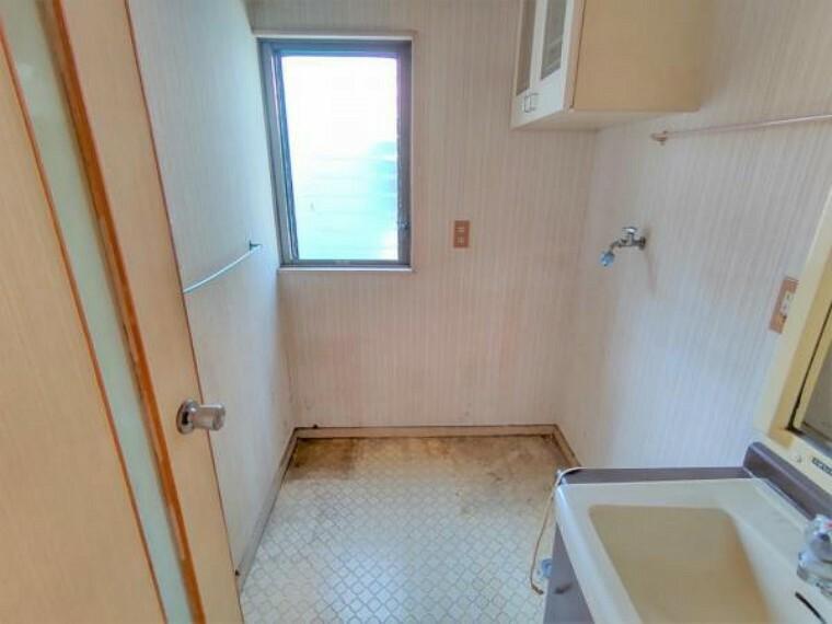 脱衣場 【リフォーム中】洗面室 壁・天井のクロスと床のクッションフロアは張り替え予定です。清潔な空間で、朝の支度も気持ちよく出来そうです。