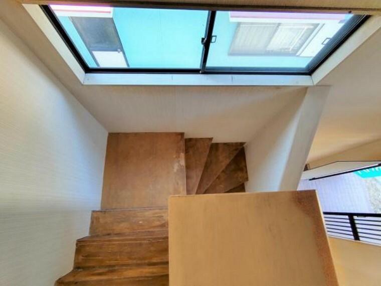【リフォーム中】階段 お子様やご高齢の方に配慮して、新品の手すりを設置します。階段スペースは窓から差し込む光でさらに明るい空間を確保できています。