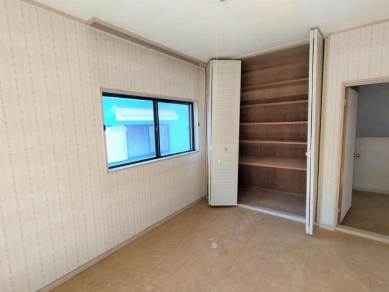 洋室 【リフォーム中】2階北側6帖洋室 壁・天井クロス張替、床フローリング重ね張り、照明器具交換、火災警報器設置予定。 家族の分だけお部屋の使い方も様々。寝室以外にも書斎や収納部屋としても使えそうです。戸建てならではの贅沢なお部屋の使い方で日々の暮らしを充実させてくださいね。