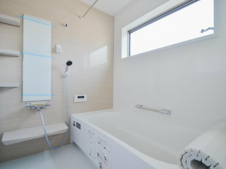 浴室 大きな窓の付いている浴室です。自然換気ができ、清潔を保ちます。