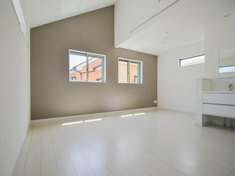 居間・リビング やわらかな陽射しがふりそそぎ、室内に開放感と爽快感をもたらします。