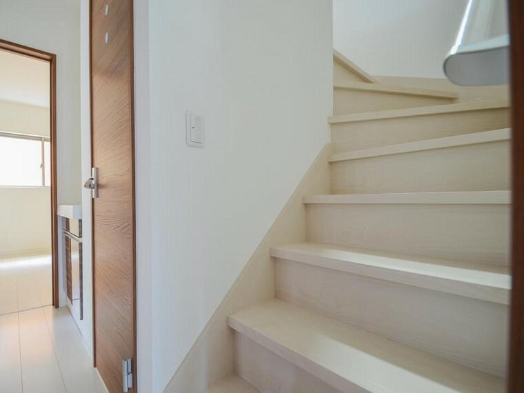各フロアを結ぶ階段。集いの空間と一人の時間を楽しむプライベートルームをバランスよく繋いでいます。
