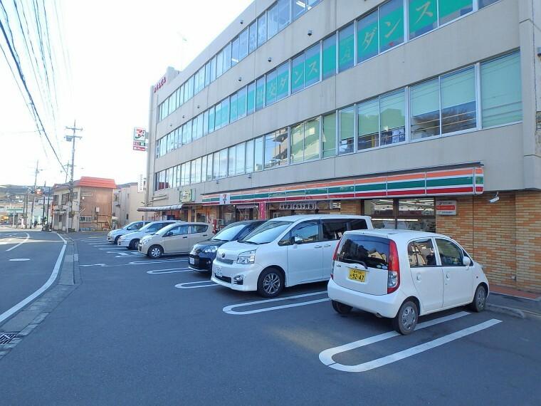 コンビニ セブンイレブン 横浜新井町店(近くにあるとちょっとした買い物にも便利ですね。)