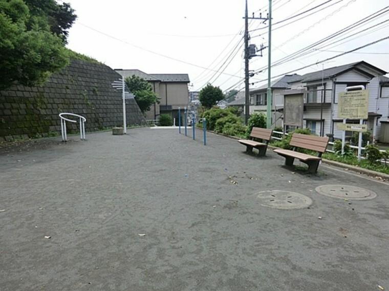 公園 新井町西公園(住宅地の中にある小さな公園。ジャングルジムとお砂場があり、小さなお子さんむけです。)