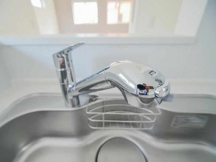 【浄水器一体型水栓】シャワーヘッド内に内蔵されたカートリッジがカルキ・溶解性鉛・農薬・カビ臭などの不純物を低減。