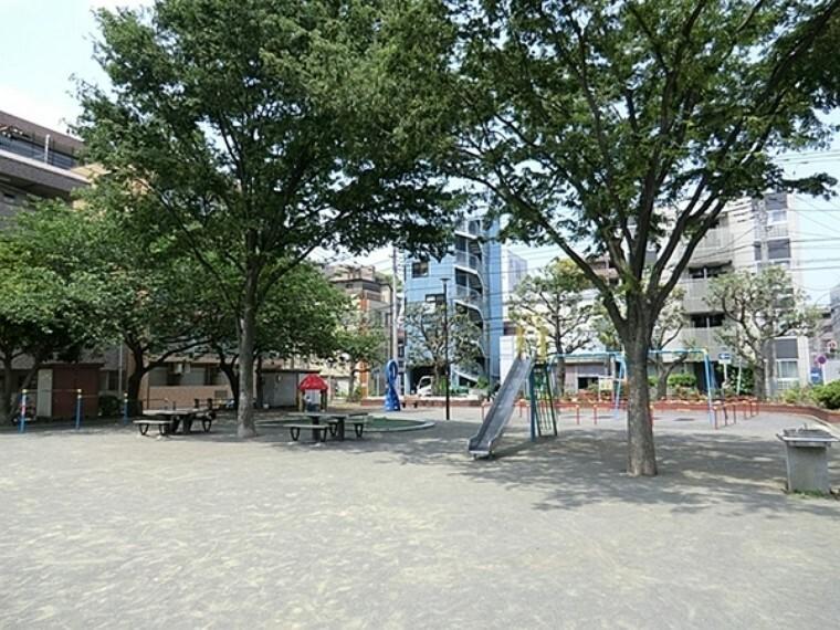 公園 新田間公園 新田間川にかかる岡野橋前にある公園。見通しが良い公園で、いつも、多くの人たちでにぎわっています。