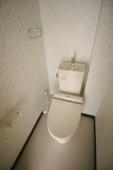 トイレ リフォーム済みで温水機能付きです!