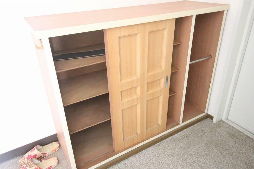 玄関 下駄箱です、こちらのマンションは玄関が広めで便利ですよ
