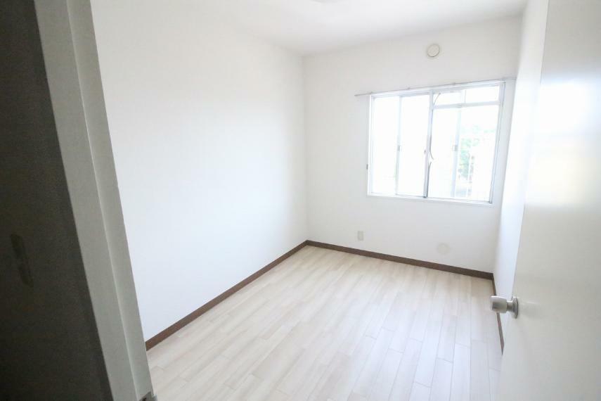 洋室 北西側洋室です、白が基調で明るいお部屋です
