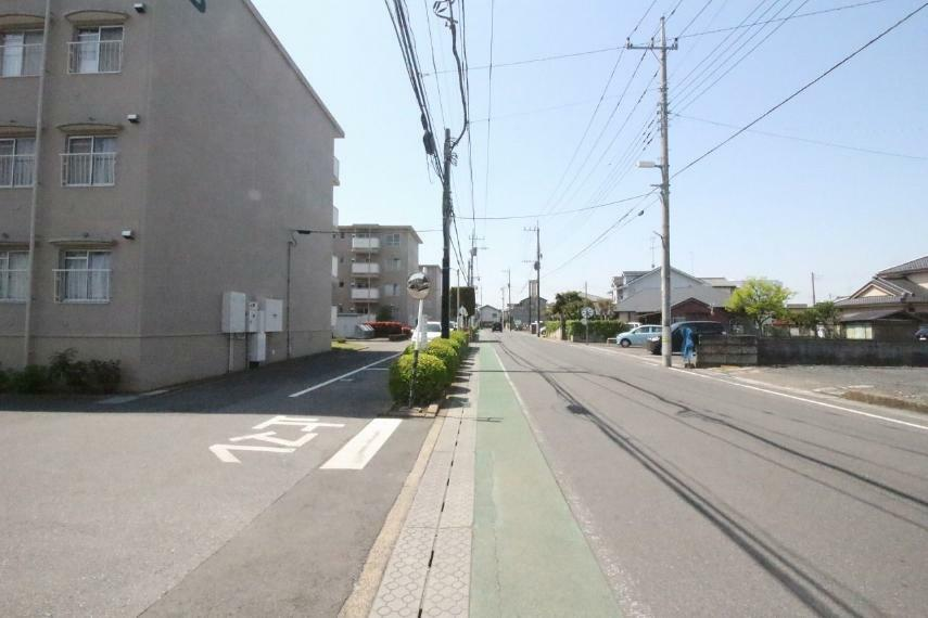 現況写真 マンションの西側にある道路を北から南に向かって撮影