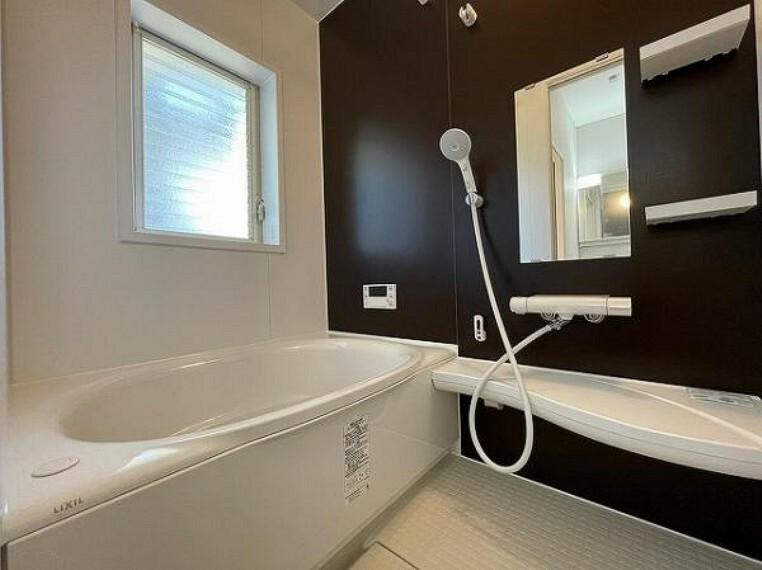 浴室 小窓付きで換気がスムーズに行えます!