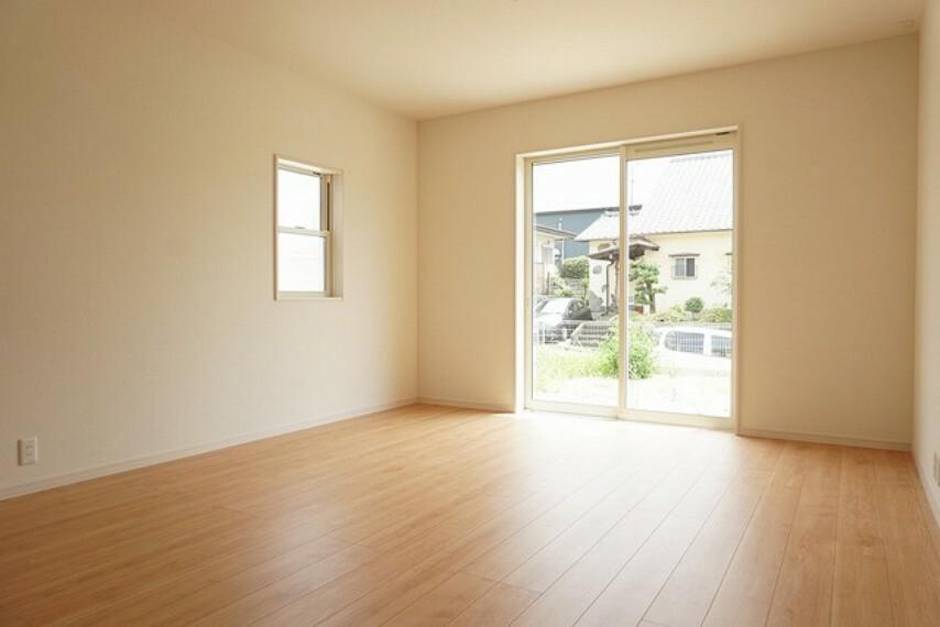 居間・リビング 窓ガラスは日射熱や紫外線を大幅にカットできる遮熱Low-e複層ガラスを採用し良質な室内環境と冷暖房負担の軽減を実現します。