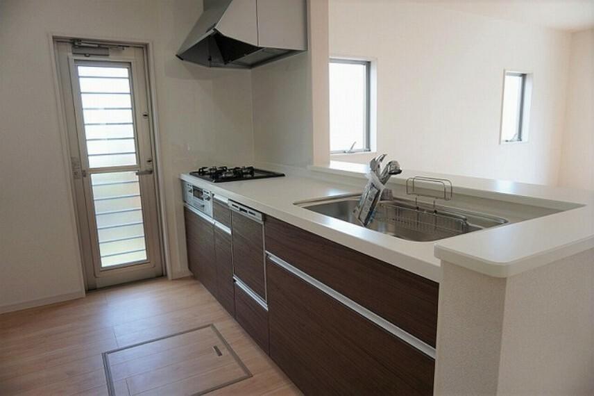 キッチン 毎日の生ごみ置き場の悩みもなくなる、勝手口付きのキッチンです。生ごみの仮置きに便利です^^