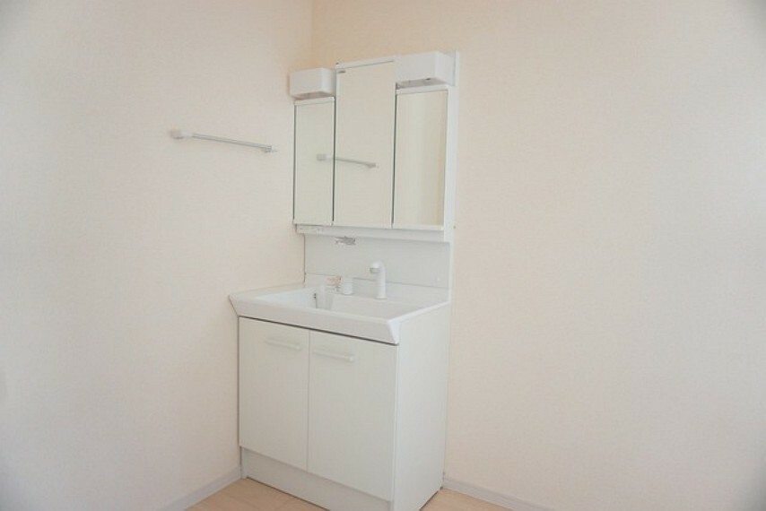 洗面化粧台 ミラー扉の内側が収納スペースになっています。洗顔やシャワーがしやすい大容量のボウルに、リフトアップできるシングルレバーシャワー、更にくもり止め鏡と、忙しい朝の準備が快適です。