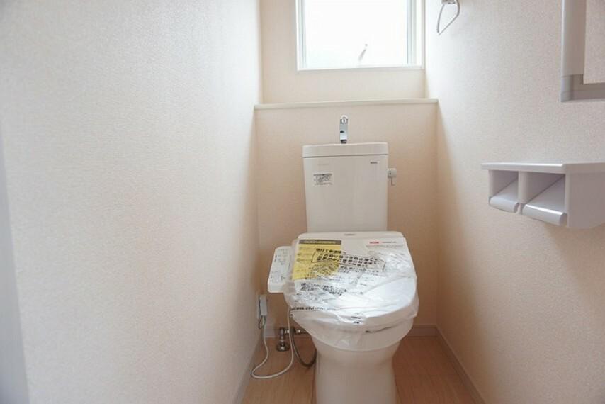 トイレ ウォシュレット、暖房便座、オートパワー脱臭、節電・節水機能、など、使い勝手のよい、高機能トイレ。汚れがかくれる場所がない進化したフチ形状で、汚れてもサッとひとふきでお手入れカンタン。