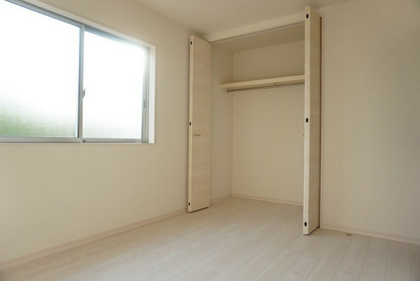 寝室 住む人のこだわりを活かす洋室^^日当たりがよく、寝室としての利用もおすすめ。広めのクローゼットもあり荷物もすっきり片付けられ、ゆとりのある暮らしが出来ます^^