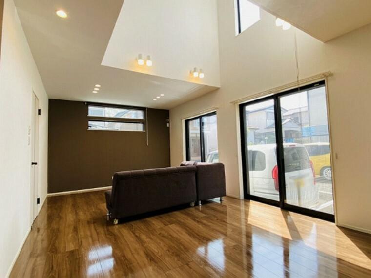 居間・リビング 19畳以上の広々リビングには吹き抜けがあります