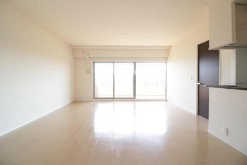 居間・リビング 南東側に大きな窓があり開放的な空間が広がっております。電気が必要ないくらい明るいです。