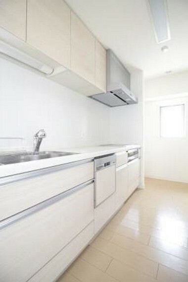 キッチン リビングダイニングを見渡せる位置にあり、奥には冷蔵庫と食器棚を置くことが出来ます。